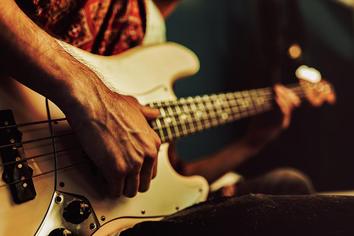 image d'une personne jouant de la basse