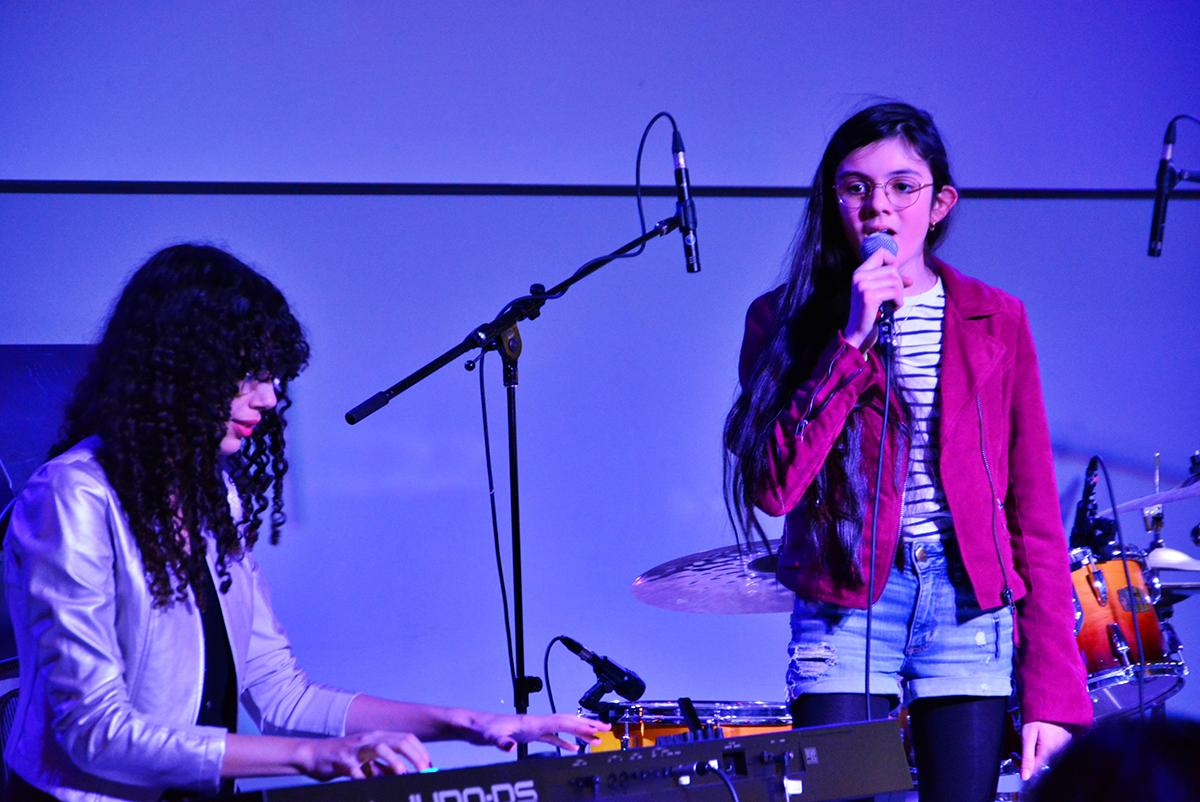 image d'une jeune femme chantant sur scène