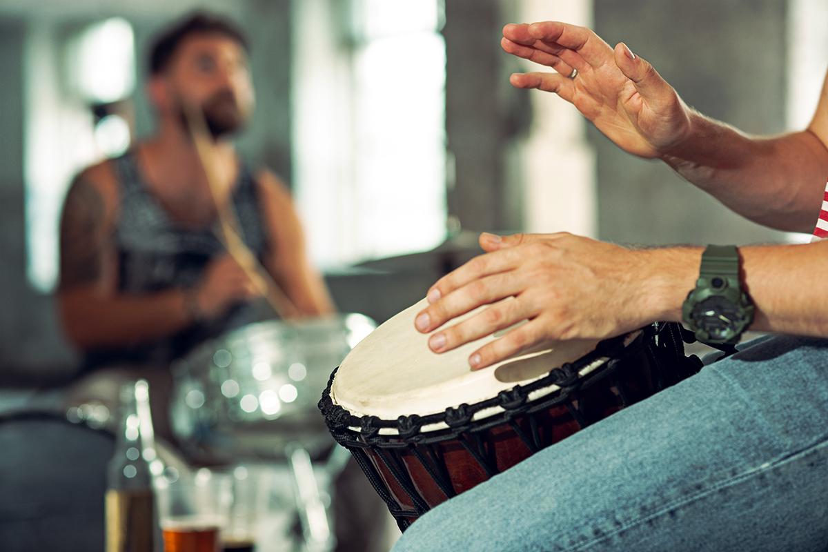 image d'une personne jouant du djembe
