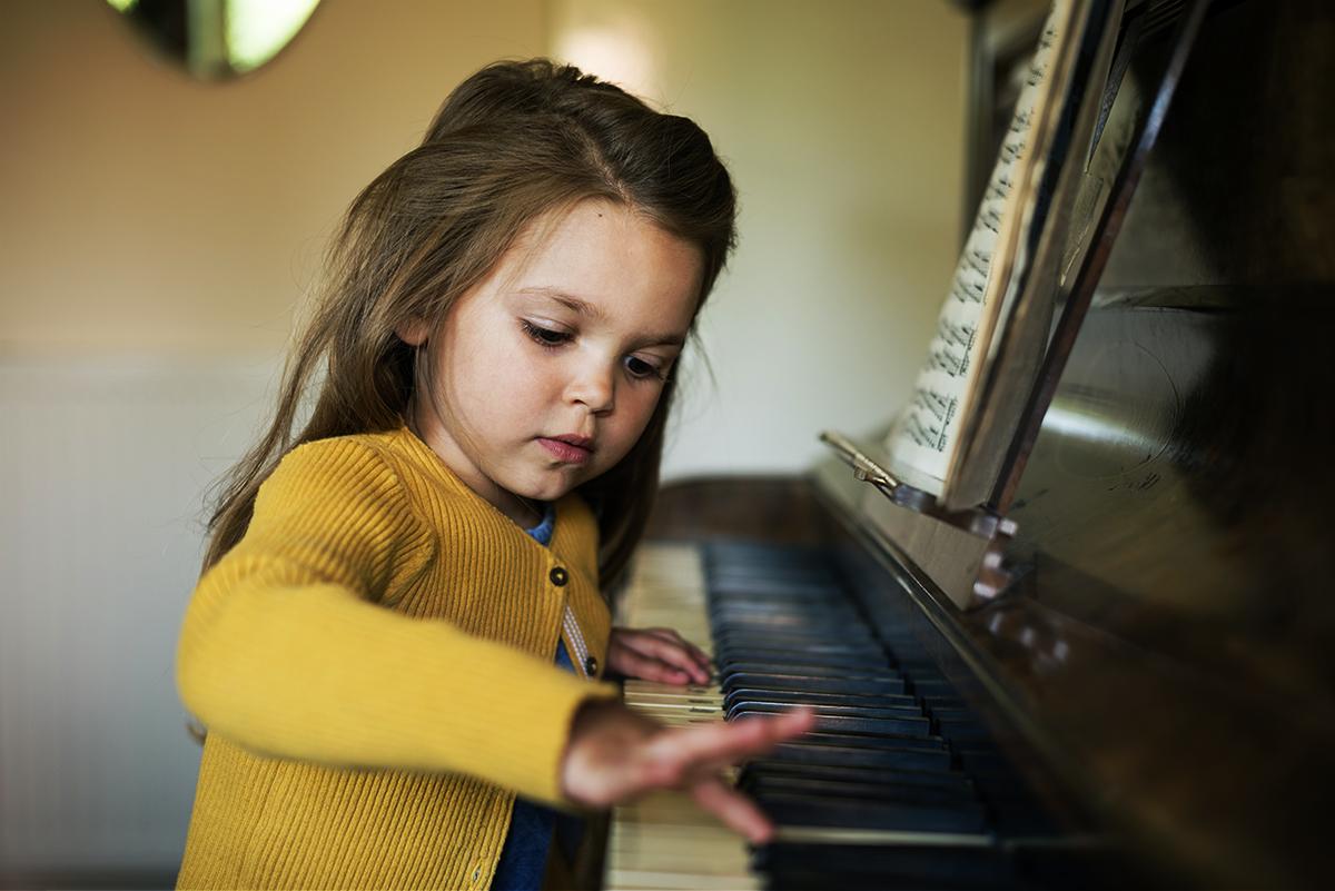 image d'une enfant jouant du piano