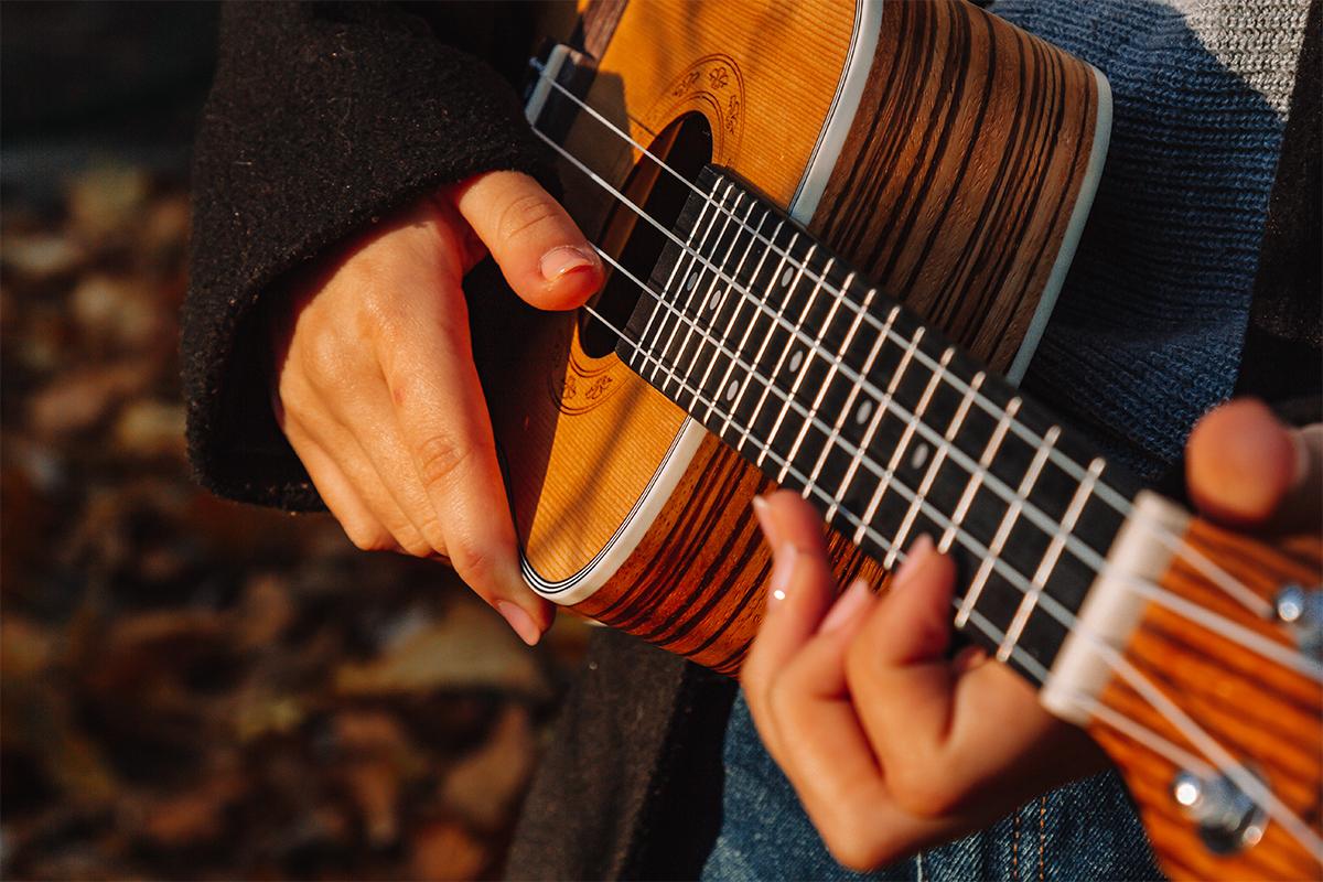 image d'une personne jouant du ukulélé