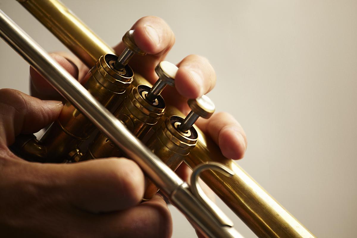 image d'une personne jouant d'un instrument à vent