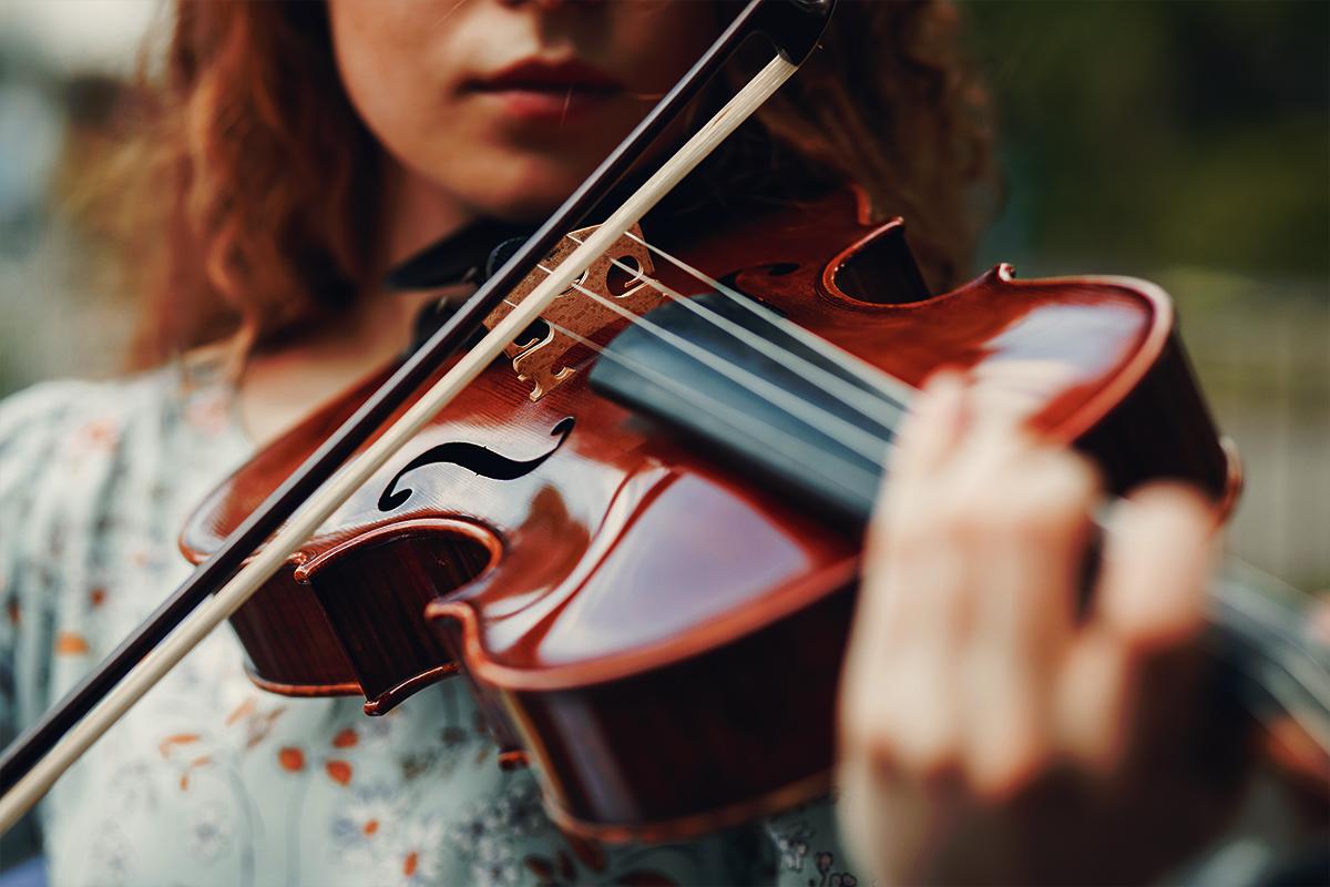 image d'une femme jouant du violon