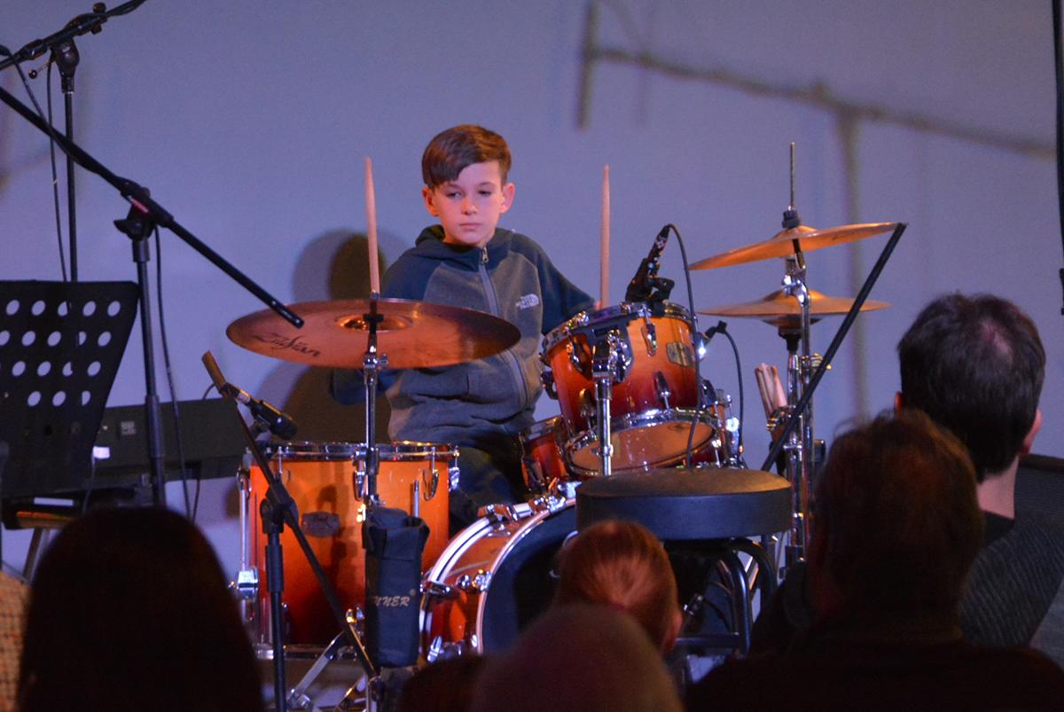 image d'un garçon jouant de la batterie sur scène