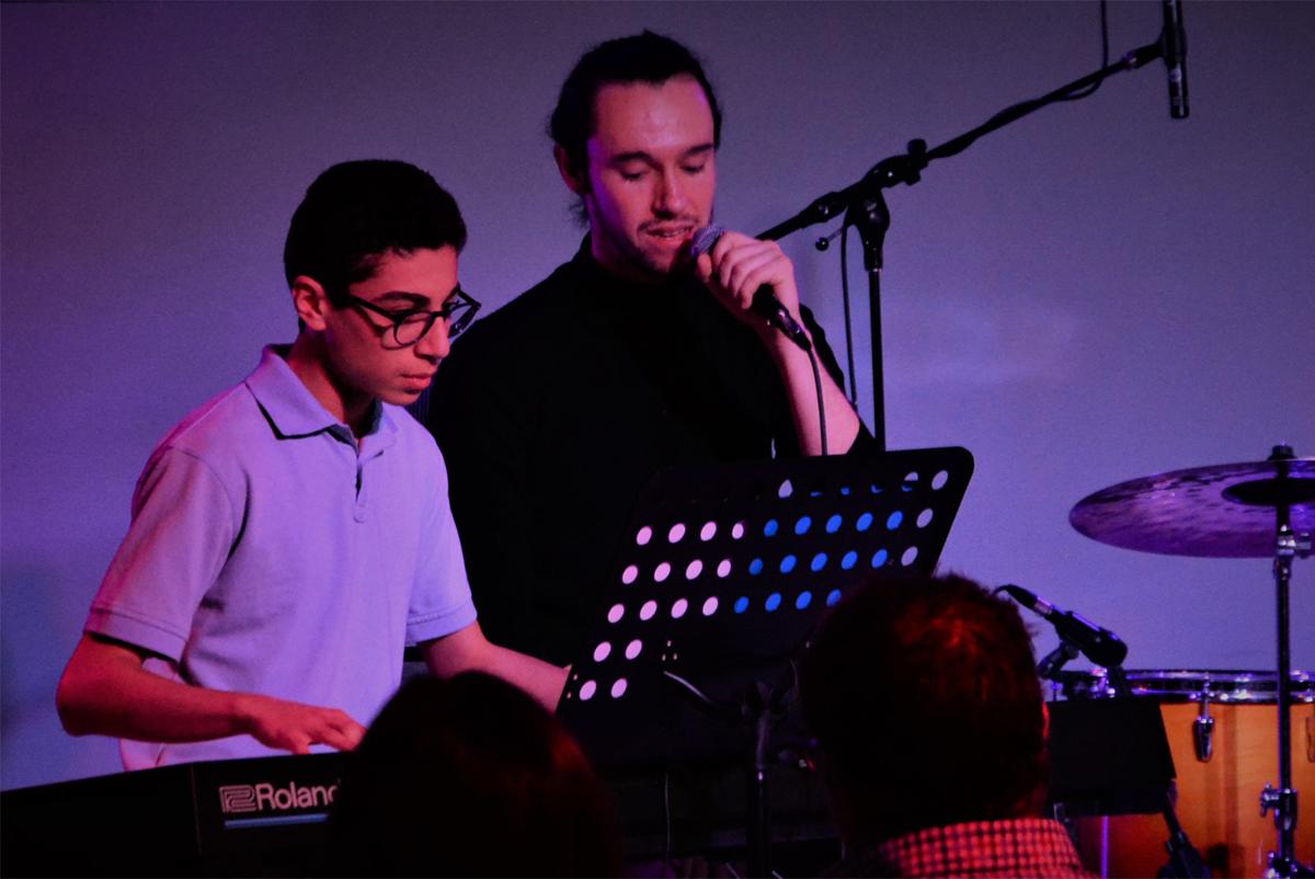 image d'un jeune homme jouant du clavier sur scène
