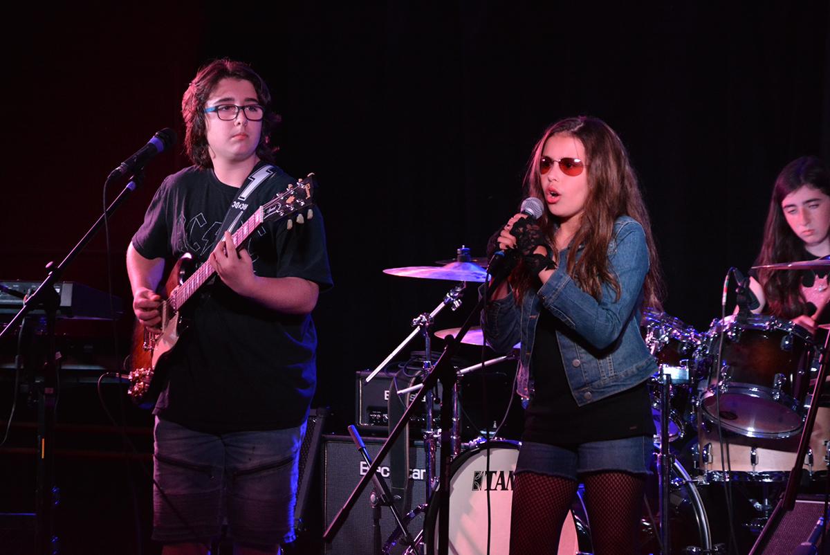 image d'un groupe de musique jouant sur scène